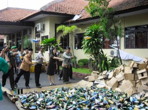 Kapolres Pemalang bersama tamu undangan memusnahkan ribuan miras secara simbolis (foto:Reportase)